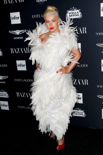 Агилера в платье из перьев